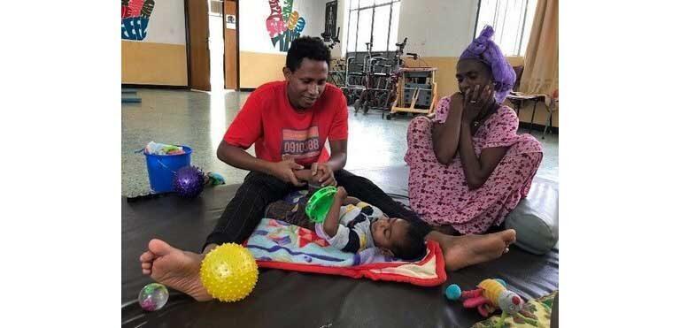 Imagen de una sesión de fisioterapia infantil en nuestra clínica de Wukro (Etiopía)