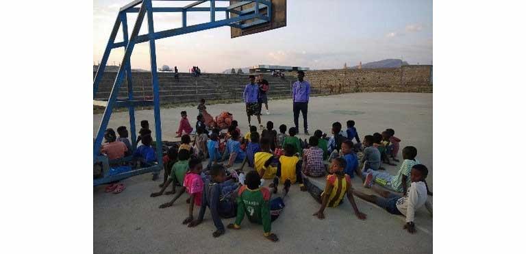 Foto del equipo de baloncesto en nuestras instalaciones en Etiopía
