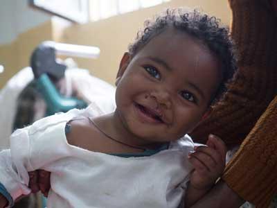 Niña etíope sonriendo con su madre