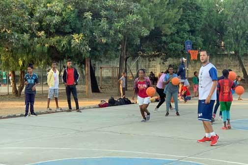 Jugando al baloncesto de nuestra pista de Wukro (Etiopía)