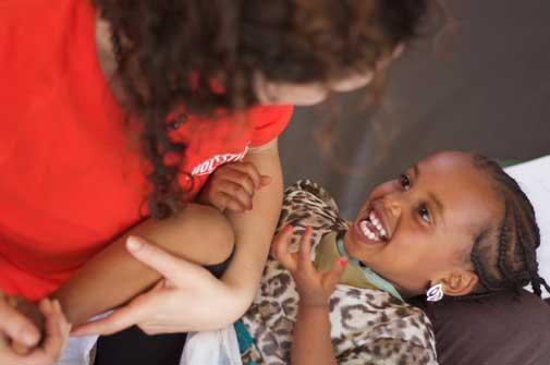 Sesión de fisioterapia infantil de nuestra clínica de Wukro (Etiopía)