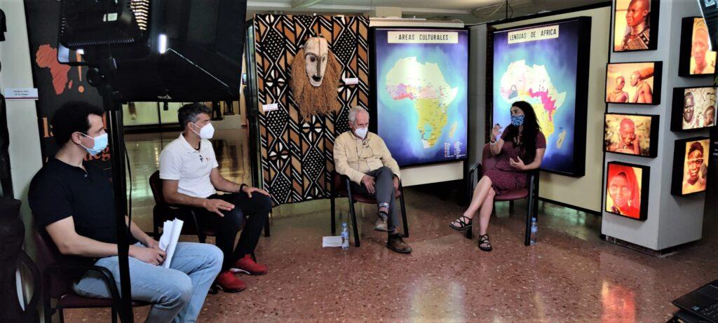 De izquierda a derecha, Juan Calleja, moderador del encuentro; Pablo Llanes, fundador de Holystic ProÁfrica; Ángel Olaran, misionero de los Padres Blancos en Tigray; y Maider Arostegi, cooperante e integradora social.   Marisa Arranz