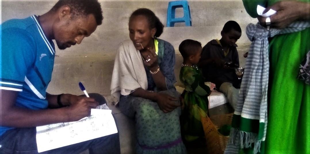 Colaboradores de Holystic ProÁfrica repartiendo ayuda a las familias de Wukro.