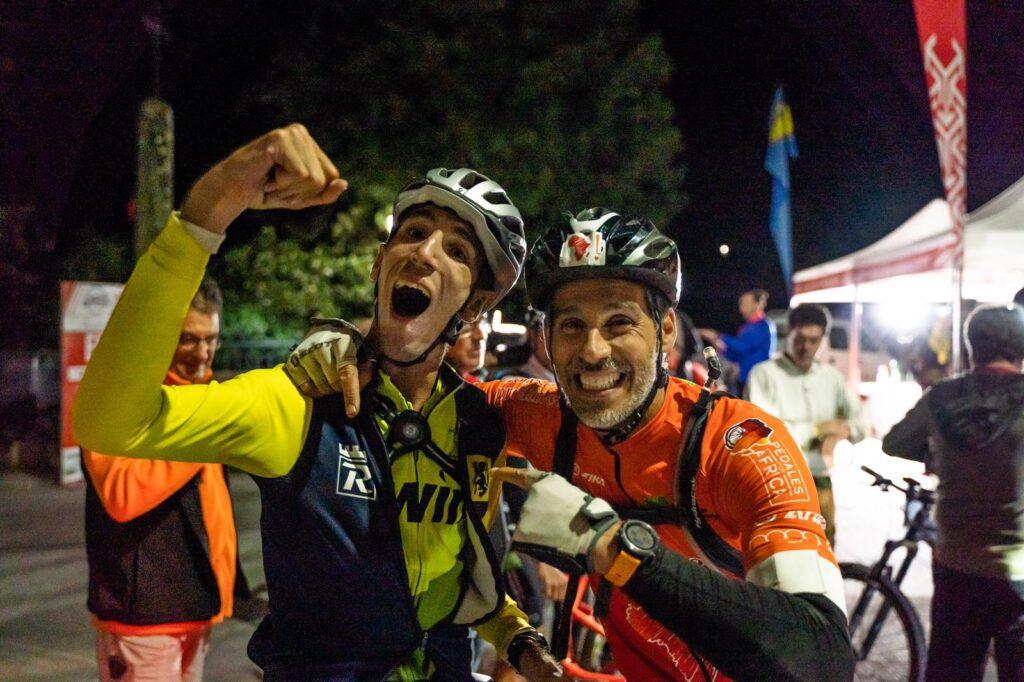 A la izquierda, el atleta con discapacidad Alex Roca y, a la derecha, Pablo Llanes, fundador de Holystic ProÁfrica.